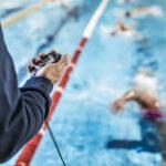 allenatore con cronometro nuoto agonistico millennium
